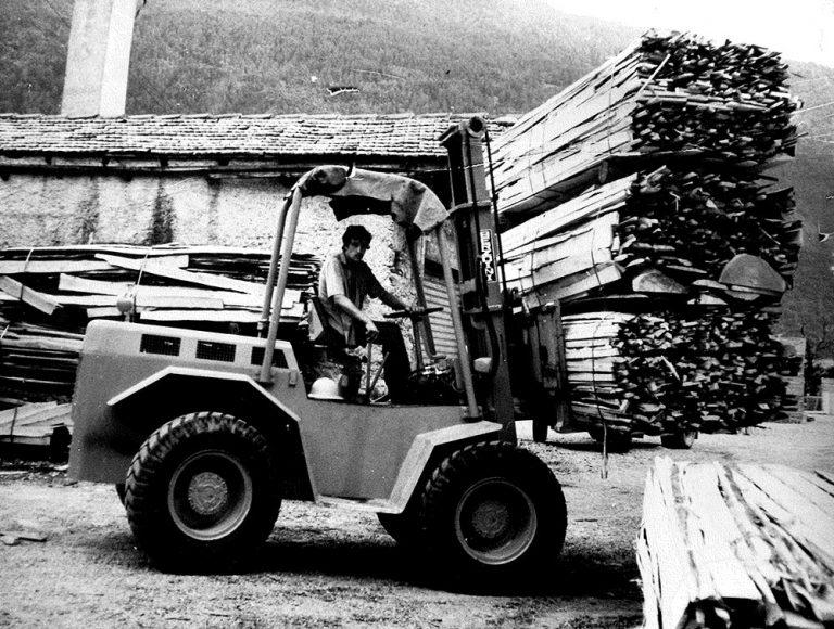 Foto storica stoccaggio legno della segheria Ghilotti